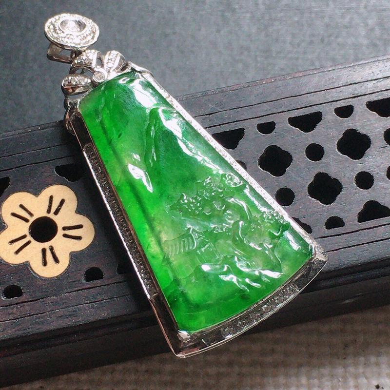 缅甸翡翠18k金伴钻镶嵌满绿山水牌吊坠,自然光实拍,颜色漂亮,玉质莹润,佩戴佳品,包金尺寸:38.6