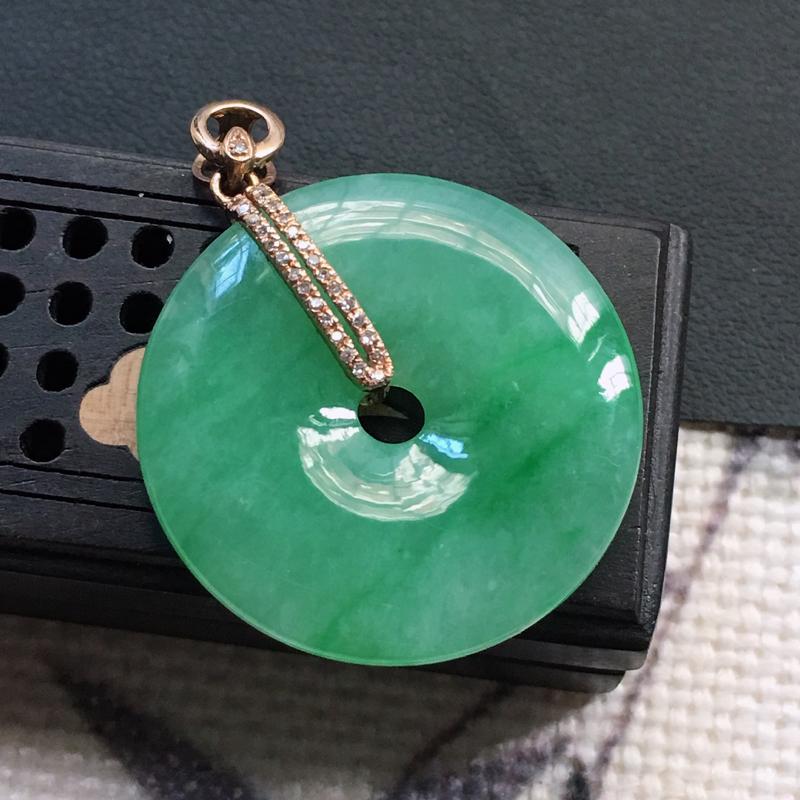 缅甸翡翠18K金伴钻镶嵌平安扣吊坠,颜色好,玉质细腻,雕工精美,佩戴送礼佳品,包金尺寸: 32.8*