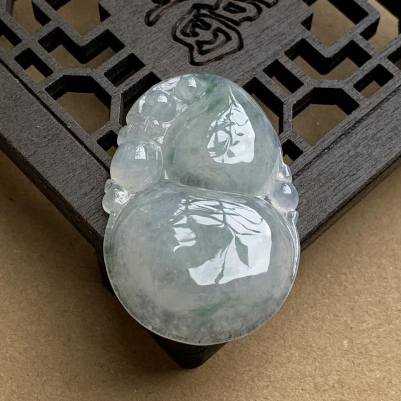 A货翡翠 老种飘花葫芦吊坠 尺寸40.6*27*7mm 种水好,莹润通透,料子细腻