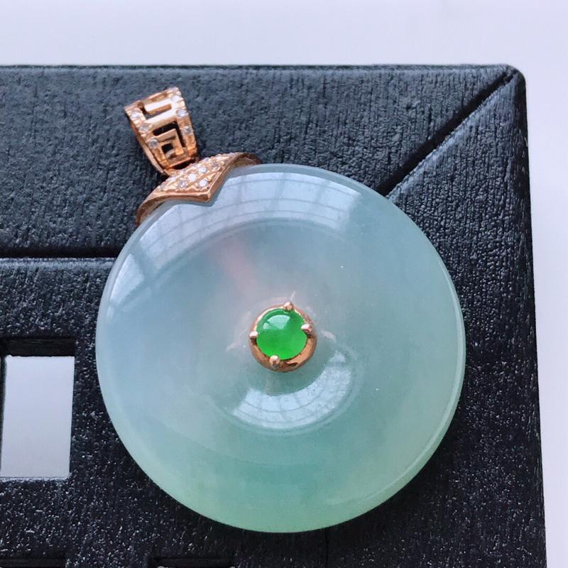 天然翡翠A货。冰糯种飘绿平安扣吊坠,18K金镶嵌伴钻。水润通透,色泽鲜艳。镶金尺寸:29.8*22.