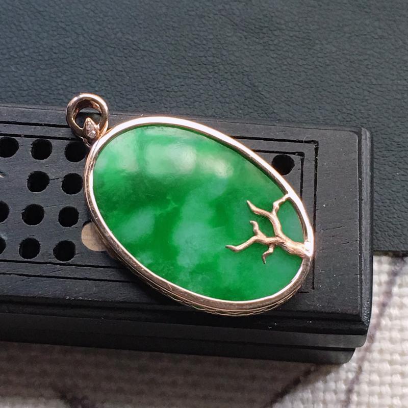 缅甸翡翠18K金伴钻镶嵌带绿素面牌吊坠,颜色好,玉质细腻,雕工精美,佩戴送礼佳品,包金尺寸: 32.