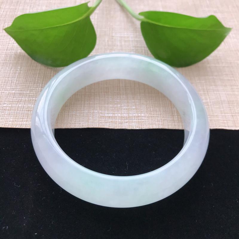 正圈:56。天然翡翠A货。冰糯种飘淡绿手镯。玉质莹润,佩戴清秀优雅。尺寸:56*15*8.5mm