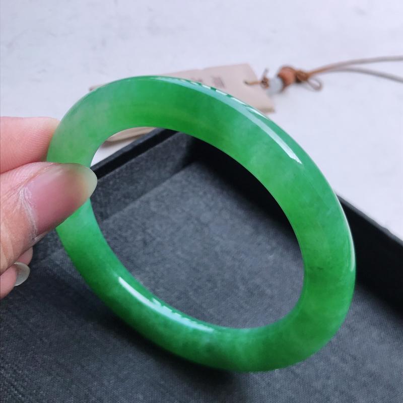 圆条56,缅甸天然翡翠好种冰润老坑手镯,尺寸:56*10,质地细腻,种老水足,冰绿起光,存在石纹不扣