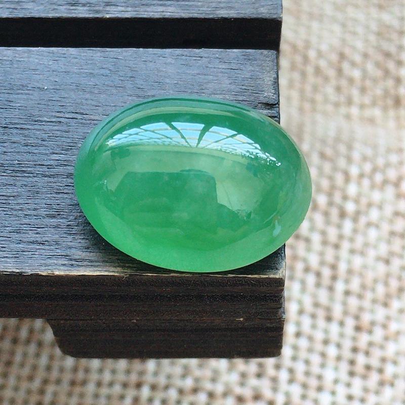 缅甸a货翡翠,自然光实拍,满绿蛋面,种好,玉质莹润,颜色漂亮,饱满,品相佳,镶嵌效果倍增。