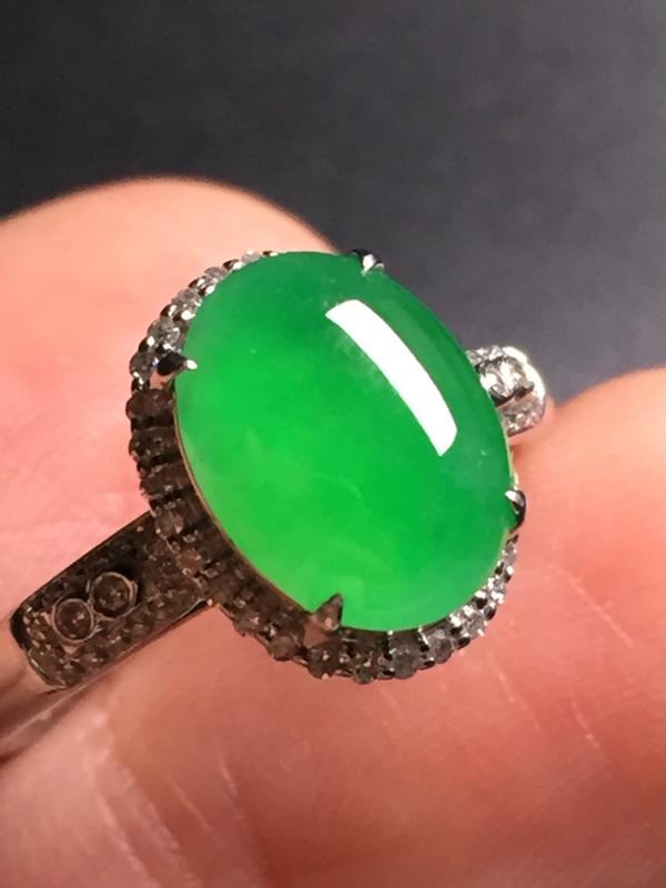 翡翠A货,阳绿蛋面戒指,18k真金真钻镶嵌,完美,种水超好,玉质细腻。整体尺寸:12.2*9.8*8