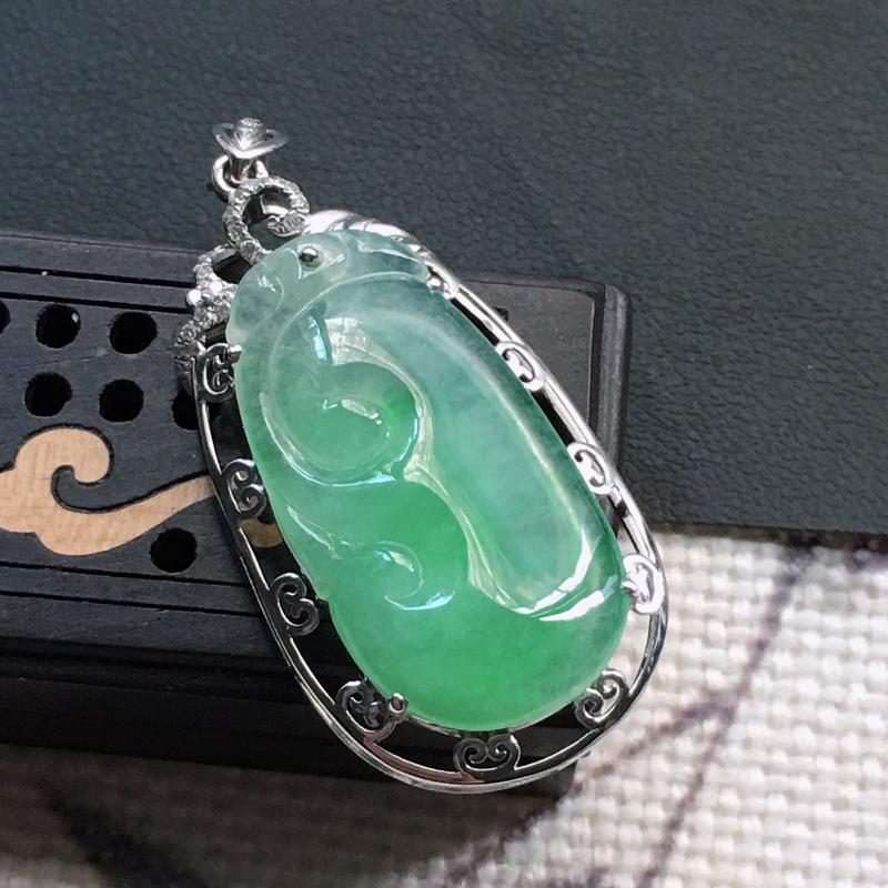 缅甸翡翠18K金伴钻镶嵌浅绿如意吊坠,颜色好,玉质细腻,雕工精美,佩戴送礼佳品,包金尺寸: