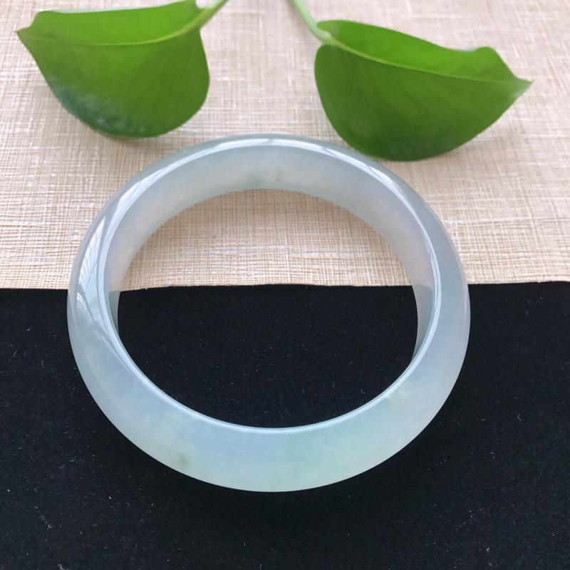 正圈:57.3。天然翡翠A货。冰糯种晴绿手镯。水润通透,佩戴清秀优雅。尺寸:57.3*13*8mm