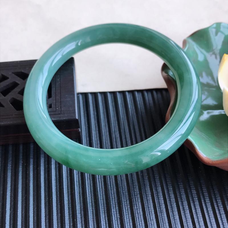 天然翡翠A货细糯种满绿圆条手镯,尺寸55-9-9.4mm,玉质细腻,种水好,