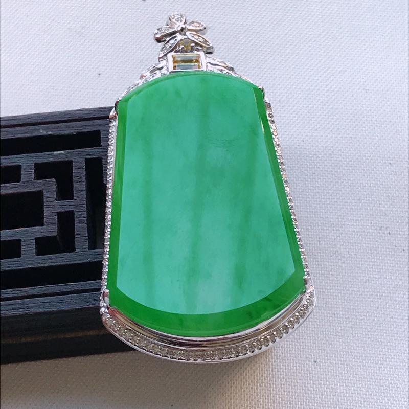 翡翠A货阳绿满色无事牌吊坠、玉质细腻,底色漂亮,上身高贵,尺寸57.4/29.4/11.3mm裸石