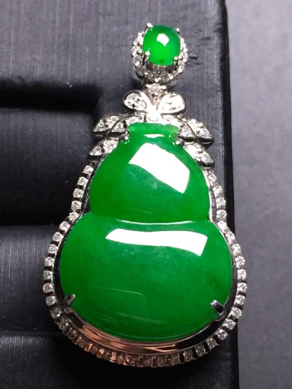 翡翠A货,满绿葫芦吊坠,18k真金真钻镶嵌,完美,种水超好,玉质细腻。整体尺寸;32.6*18.0*