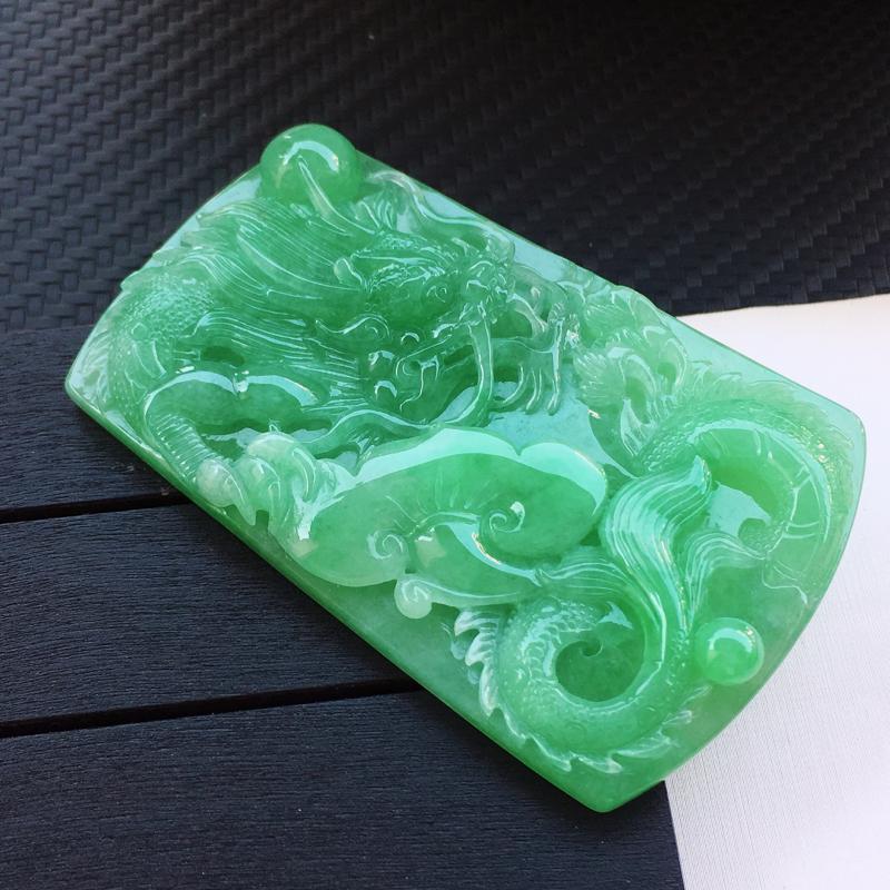翡翠a货,糯种满绿精美翡翠龙牌吊坠,玉质细腻,雕工栩栩如生,尺寸69.6/43.2/7.6,