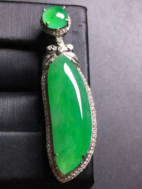 翡翠A货,阳绿福瓜吊坠,18k真金真钻镶嵌,完美,种水超好,玉质细腻。整体尺寸:44.9*12.6*