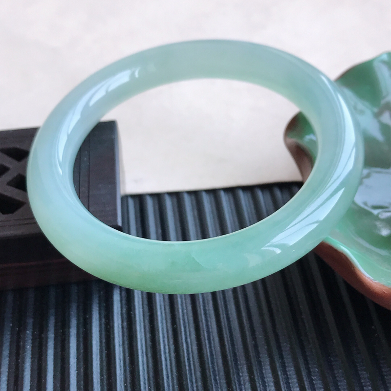 天然翡翠A货糯化种飘绿圆条手镯,尺寸54.1-9.4-9.5mm,有纹玉质细腻