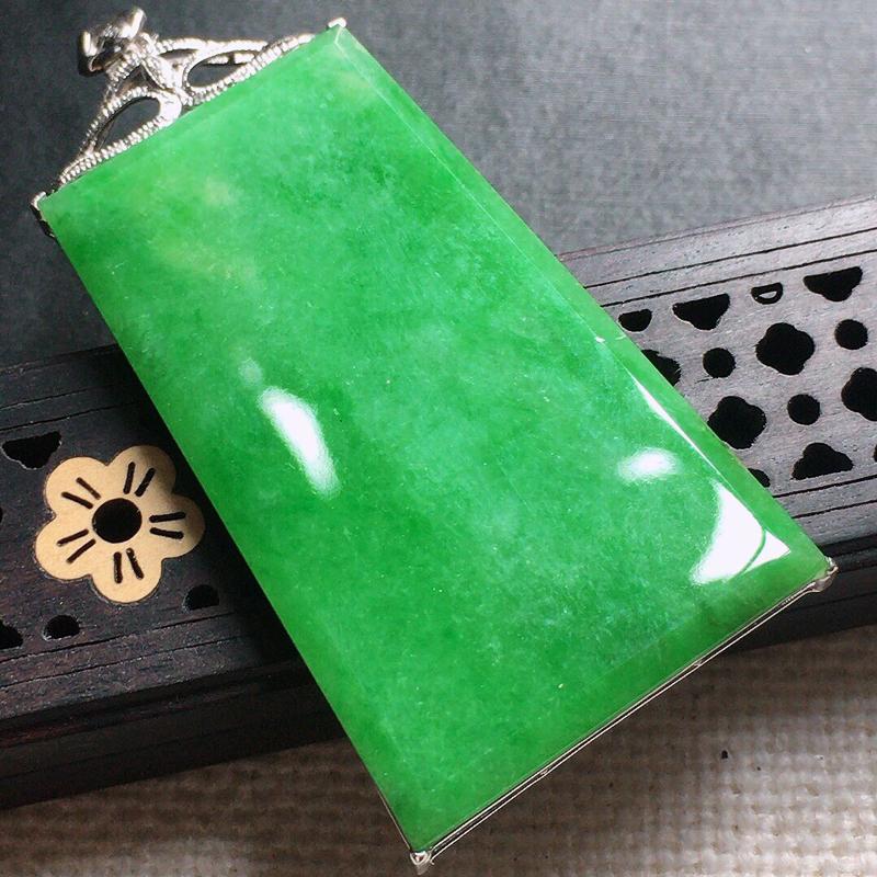 缅甸翡翠18k金伴钻镶嵌满绿素面牌吊坠,自然光实拍,颜色漂亮,玉质莹润,佩戴佳品,包金尺寸:57.5