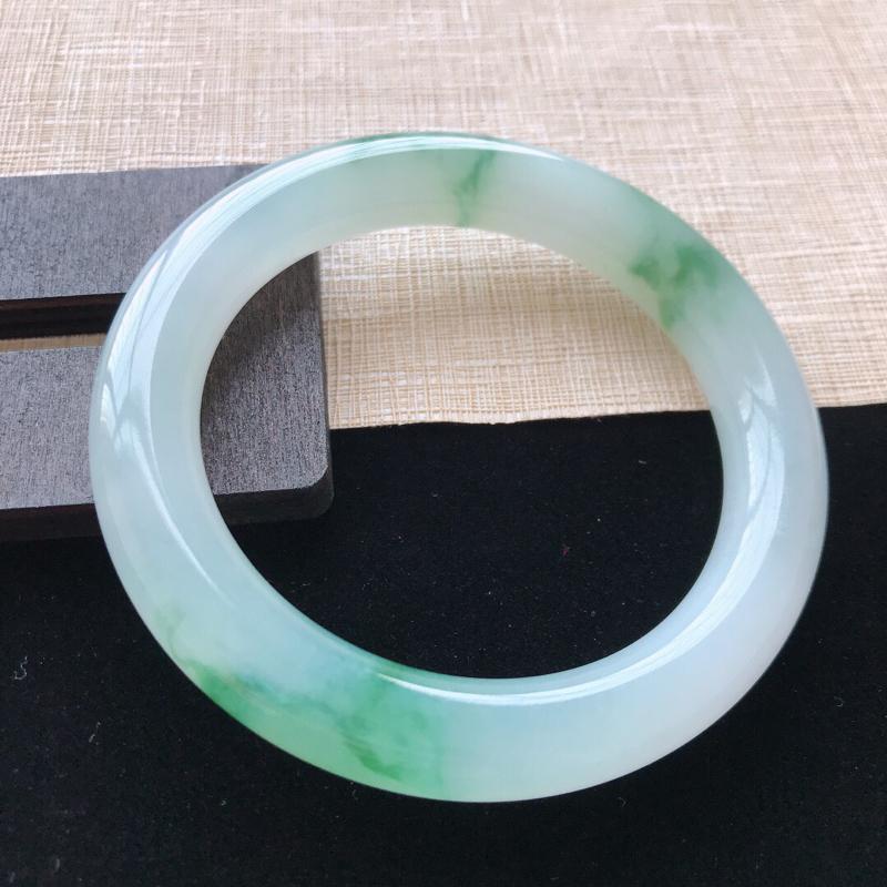 圆条:53。天然翡翠A货。冰糯种飘绿花圆条手镯。水润通透,佩戴清秀优雅。尺寸:53*10mm