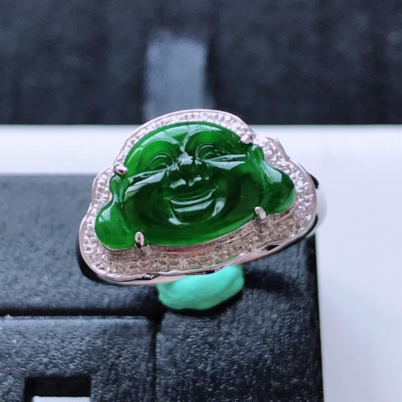 天然翡翠A货。冰糯种满绿佛公头像戒指。圈口:17mm。18K金镶嵌伴钻。水润通透,色泽鲜艳。镶金尺寸
