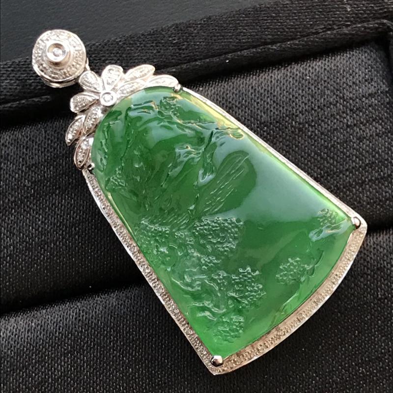 天然翡翠A货,满绿山水牌吊坠,料子细腻,冰透水润,色泽鲜艳,饱满大气,18K金伴钻镶嵌,性价比高