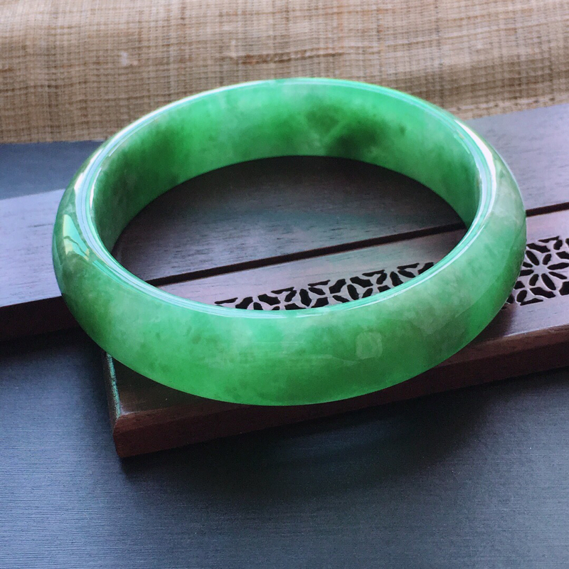 糯种满绿正圈手镯,圈口:58mm  尺寸:14.8×7.5mm,  天然翡翠A货玉质细腻精雕细雕手镯