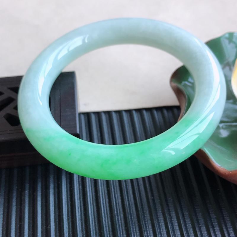 天然翡翠A货糯化种飘绿圆条手镯,尺寸56.7-11.6-11.3mm,玉质细腻,
