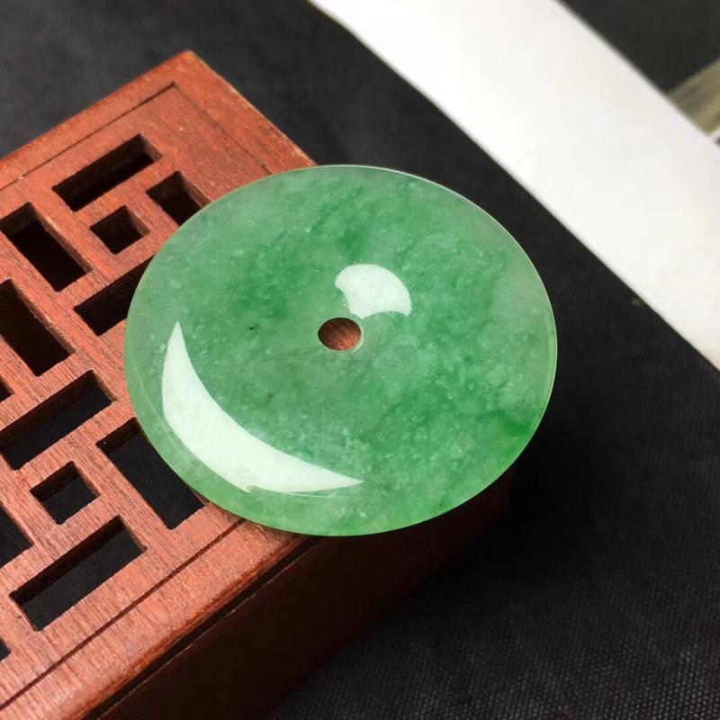 🌹满绿平安扣吊坠:种老水足,色泽漂亮,干净透光,圆润饱满,完美无裂,圆圆满满,财源滚滚寓意佳,有孔。