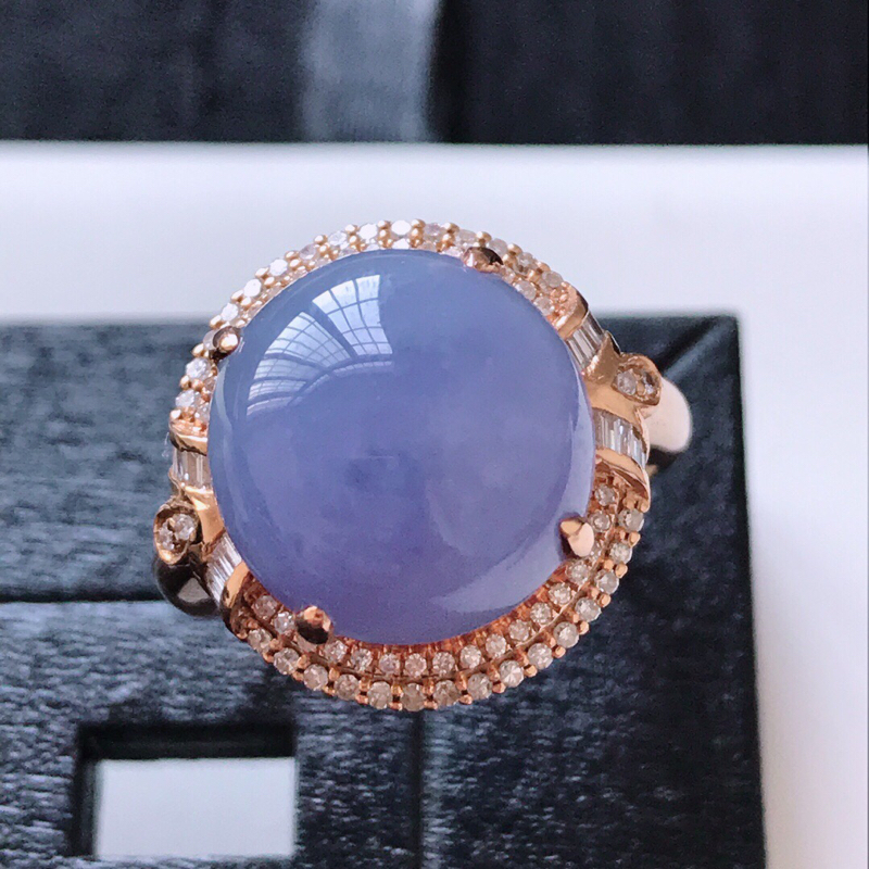 天然翡翠A货。糯化种紫罗兰蛋面戒指。圈口:17.5mm。18K金镶嵌伴钻。玉质细腻,色泽鲜艳。镶金尺