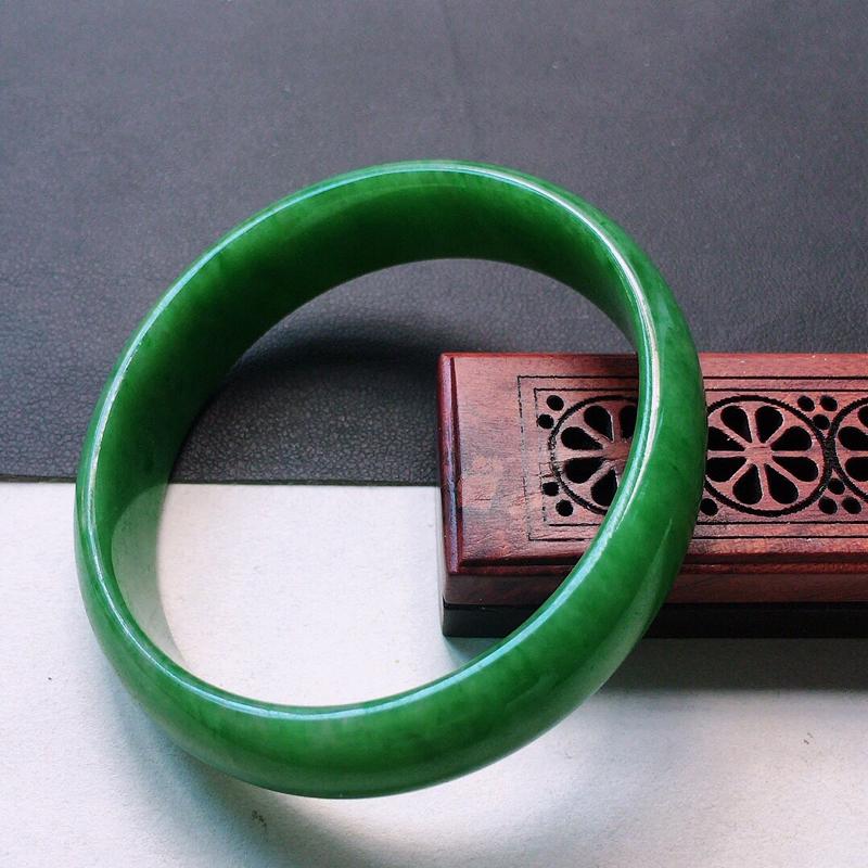 缅甸翡翠53圈口满绿贵妃手镯,自然光实拍,颜色漂亮,玉质莹润,佩戴佳品,尺寸:53.2*49.2*1