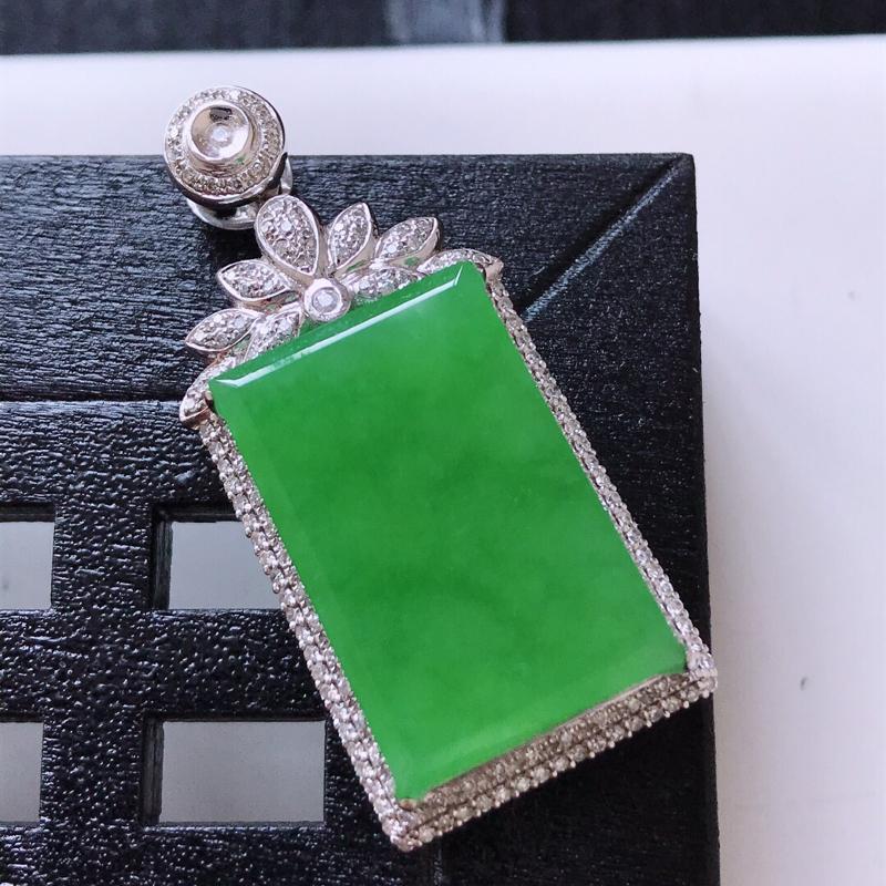 天然翡翠A货。冰糯种满绿无事牌吊坠,18K金镶嵌伴钻。水润通透,色泽鲜艳。镶金尺寸:37.5*17*