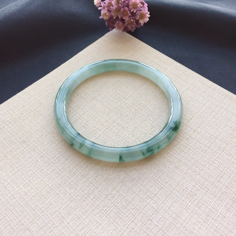 飘花圆条手镯 尺寸:56.3*6.5*7.3 玉质细腻水的 花色清新灵动 佩戴清秀 打灯黄纹