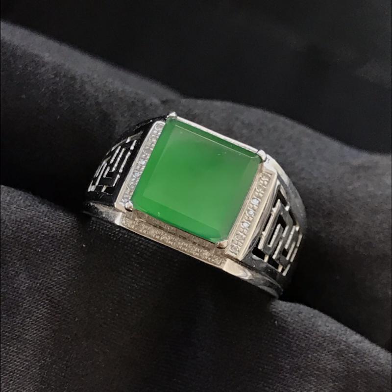 天然翡翠A货,满绿方形戒指,料子细腻,冰透水润,色泽鲜艳,饱满大气,18K金伴钻镶嵌,性价比高