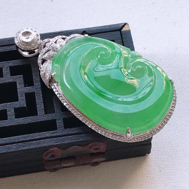 翡翠A货阳绿满色如意吊坠、玉质细腻,底色漂亮,上身高贵,尺寸47.1/24.6/8.3mm裸石