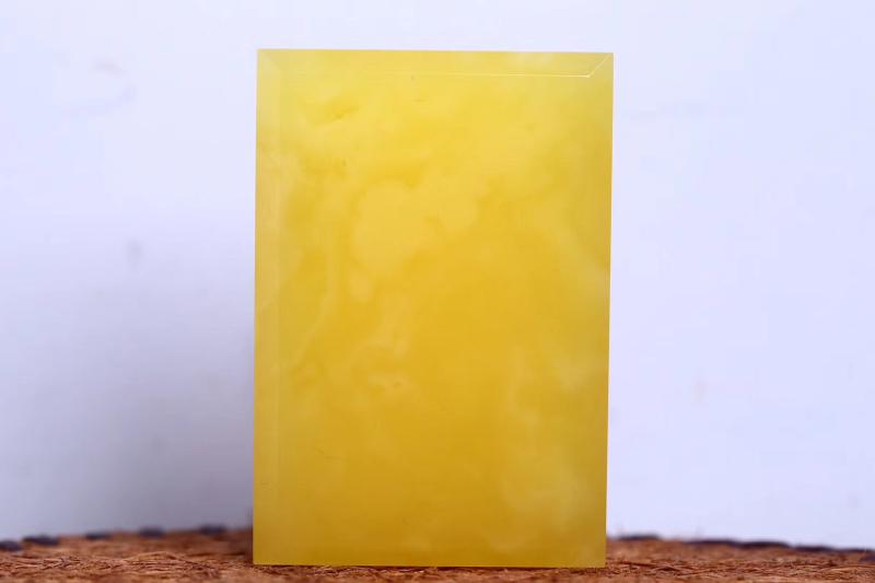 纯天然原矿高品质鸡油黄蜜蜡切牌 色泽油润赋有光泽,密度饱满,内部飘有精美意境流淌纹路,云雾缭绕,意境
