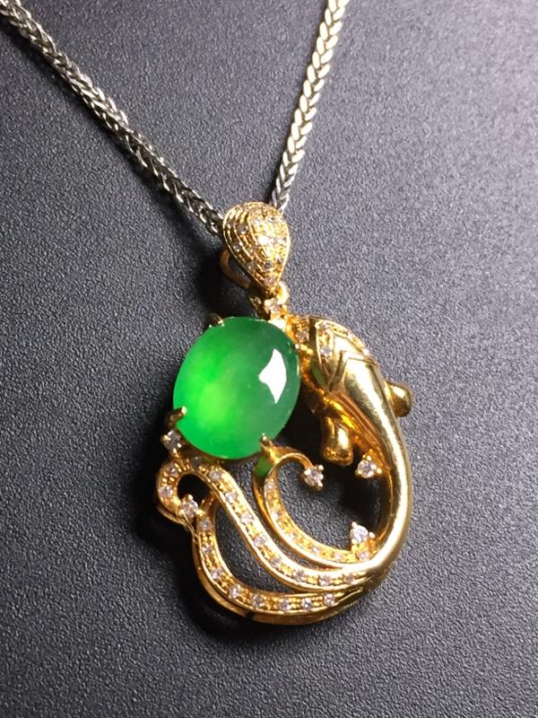 翡翠A货,阳绿蛋面吊坠,18k真金真钻镶嵌,完美,种水超好,玉质细腻。整体尺寸:26.7*15.9*