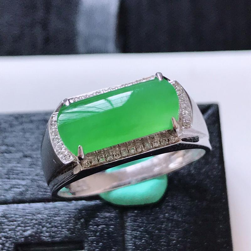 天然翡翠A货。冰糯种满绿马鞍戒指。圈口:18mm。18K金镶嵌伴钻。水润通透,色泽鲜艳。镶金尺寸:8