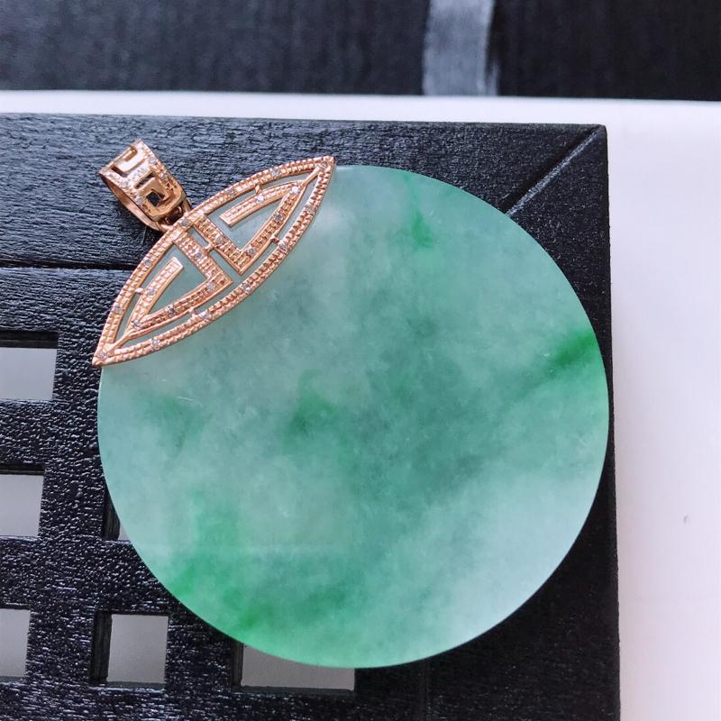 天然翡翠A货。冰糯种飘绿平安扣吊坠,18K金镶嵌伴钻。水润通透,色泽鲜艳。镶金尺寸:45*36.5*