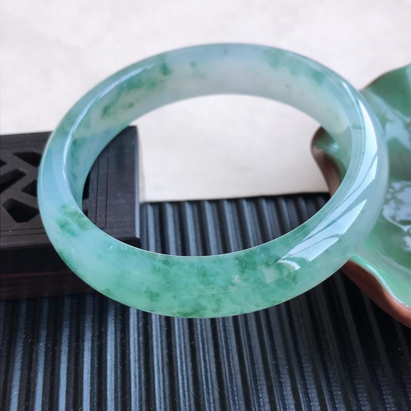 天然翡翠A货冰糯种飘花正圈手镯,尺寸56.8-13-7.2mm,玉质细腻,种