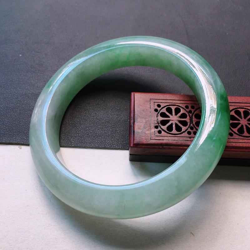 缅甸翡翠56圈口带绿正圈手镯,自然光实拍,颜色漂亮,玉质莹润,佩戴佳品,尺寸:56.5*12.5*9
