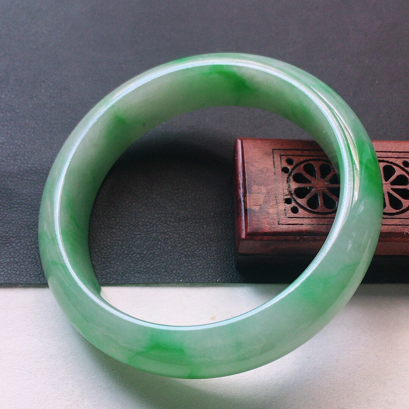 缅甸翡翠52圈口带绿正圈手镯,自然光实拍,颜色漂亮,玉质莹润,佩戴佳品,尺寸:52.5*13.5*8