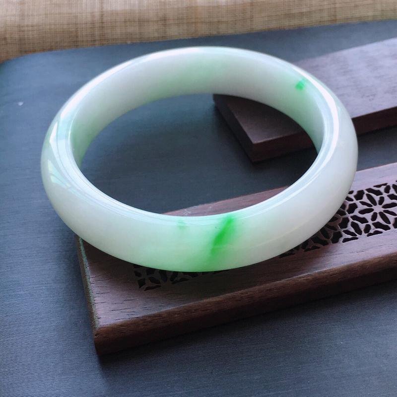 糯种飘绿正圈手镯,圈口:58mm  尺寸:13×8mm,  天然翡翠A货玉质细腻精雕细雕手镯, 颜色