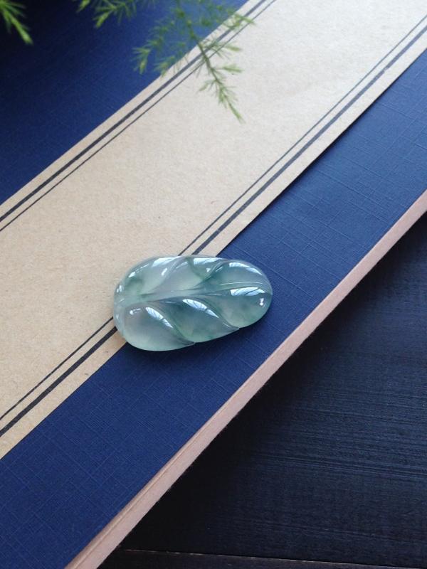 冰种飘花叶子,起光种好,不错的一枚,可以镶嵌或打孔