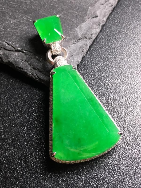 翡翠A货,阳绿无事牌吊坠,18k金伴钻镶嵌,完美,种水超好,性价比高。整体:39*19*7.1