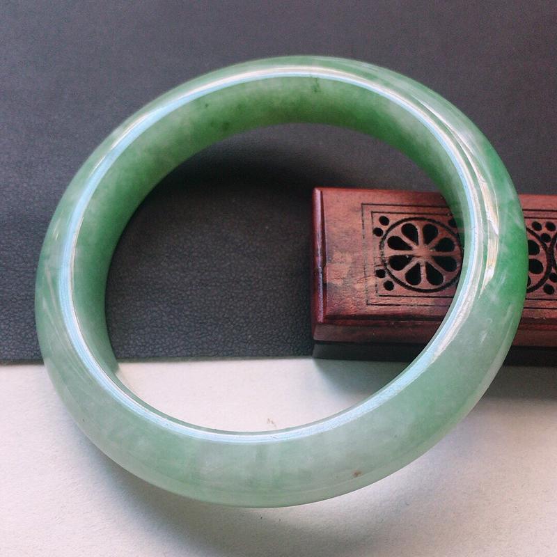 缅甸翡翠56圈口浅绿正圈手镯,自然光实拍,颜色漂亮,玉质莹润,佩戴佳品,尺寸:56.7*11.7*9