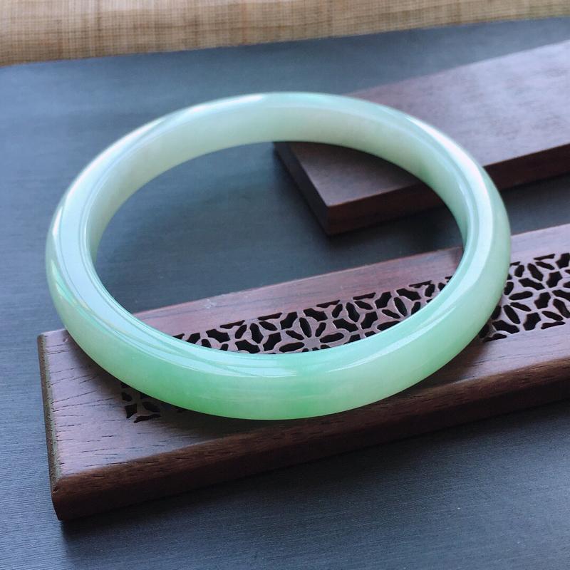 糯种飘绿正圈手镯,圈口:57.3mm  尺寸:7.3×7mm,  天然翡翠A货玉质细腻精雕细雕手镯,