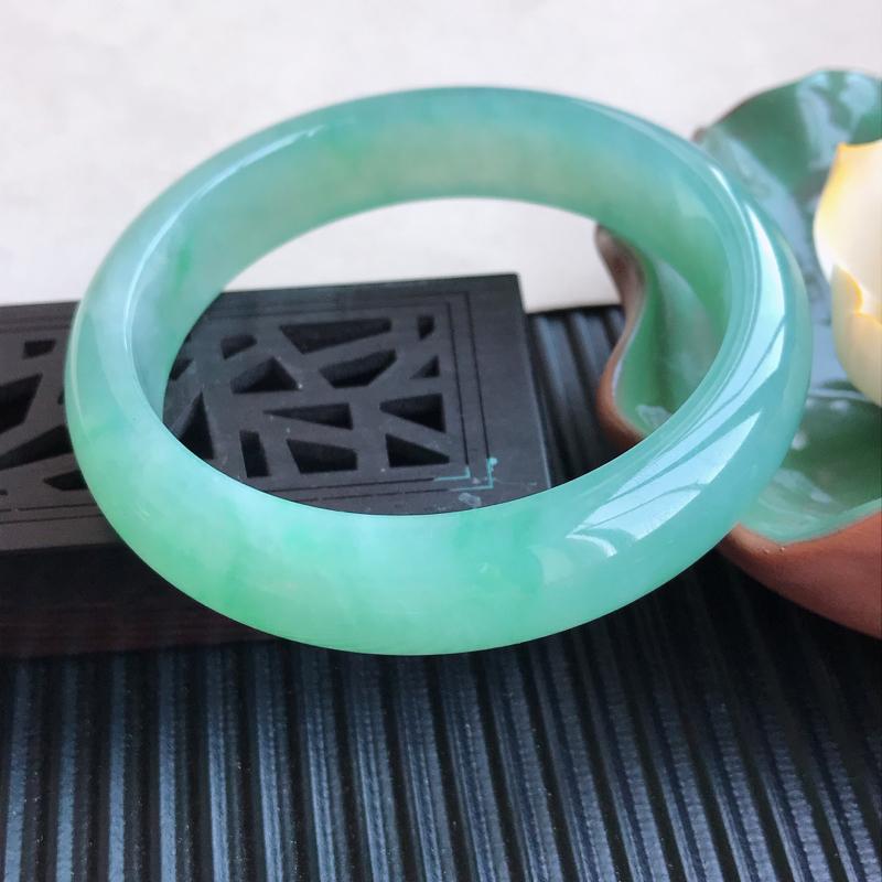 天然翡翠A货冰糯种飘绿正圈手镯,尺寸56.5-13.4-7.7mm,玉质细腻