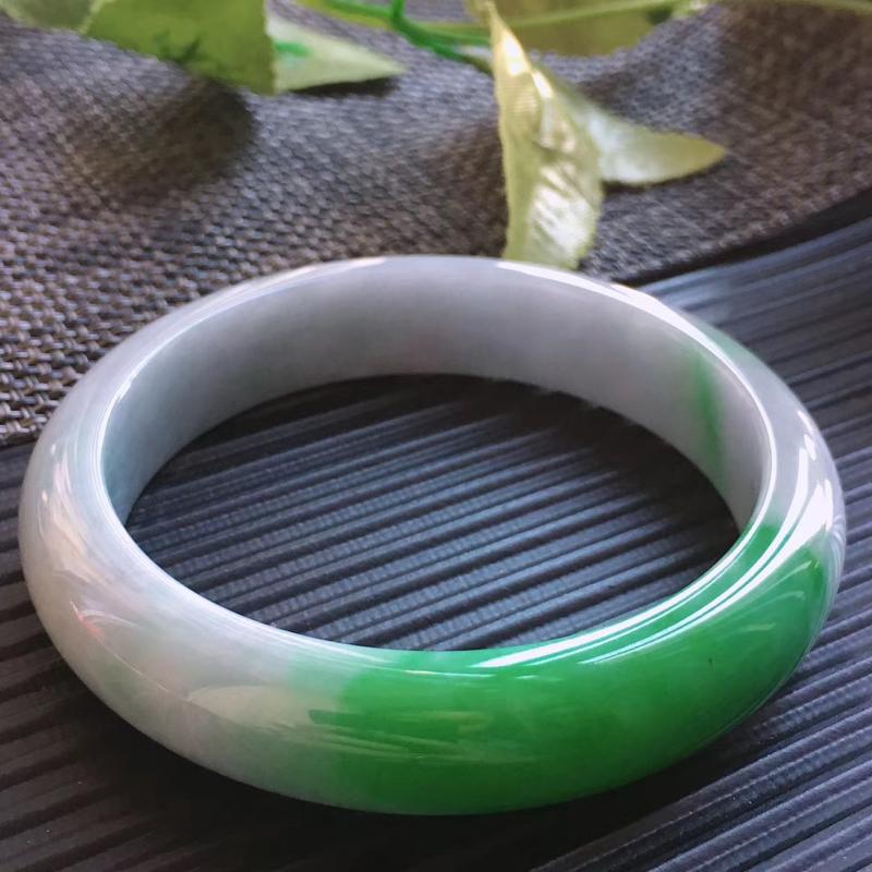天然翡翠A货,规格60.5/13.8/8.2,起光老坑种飘绿正圈手镯,颜色艳绿,上手