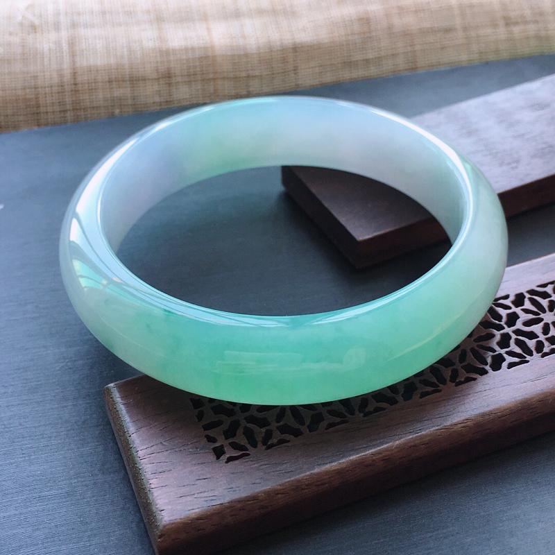 糯种春带彩正圈手镯,圈口:56.5mm  尺寸:13.8×7.5mm,  天然翡翠A货玉质细腻精雕细