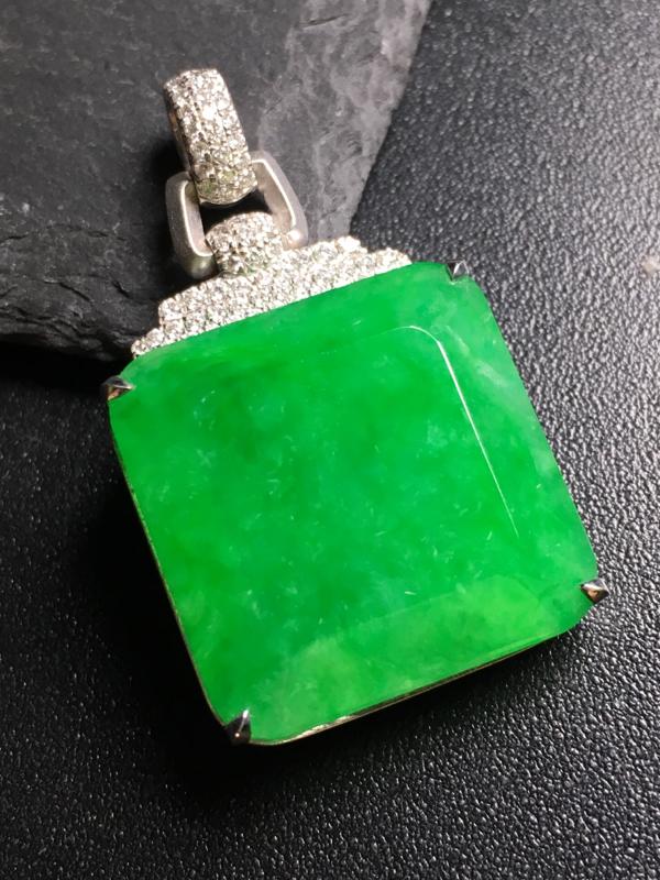 翡翠A货,阳绿无事牌吊坠,18k金伴钻镶嵌,完美,种水超好,性价比高。整体:34.2*19.8*8