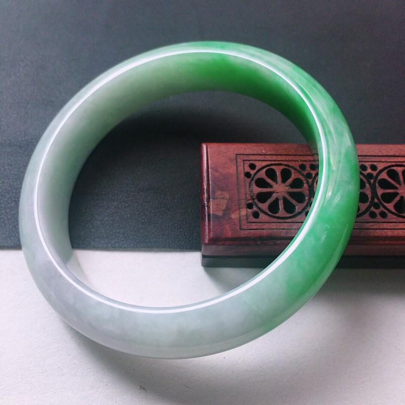缅甸翡翠56圈口带绿正圈手镯,自然光实拍,颜色漂亮,玉质莹润,佩戴佳品,尺寸:56.0*13.1*8