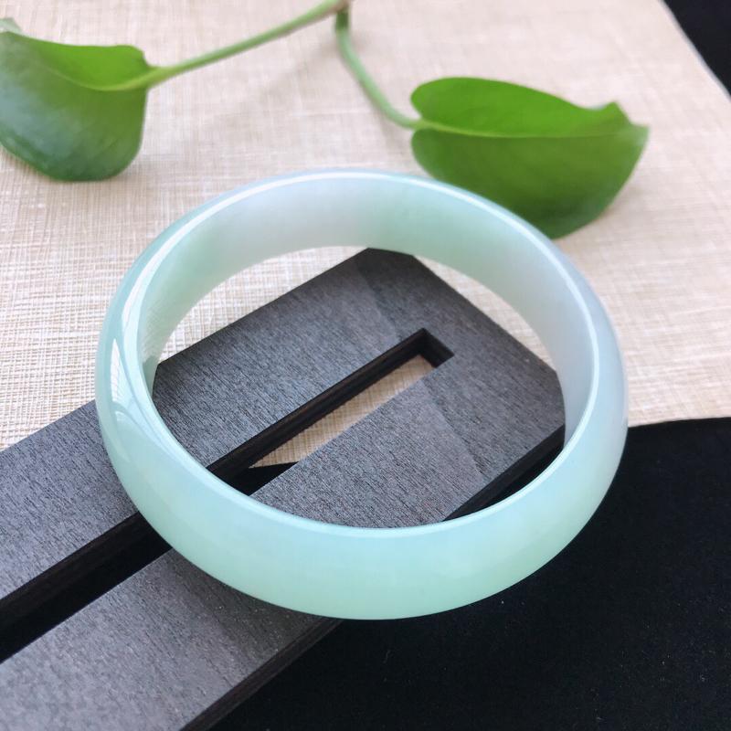正圈:58.6。天然翡翠A货。糯化种飘绿手镯。玉质莹润,佩戴清秀优雅。尺寸:58.6*14.3*7m