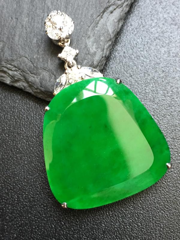 翡翠A货,阳绿无事牌吊坠,18k金伴钻镶嵌,完美,种水超好,性价比高。整体:37*23.2*6.6
