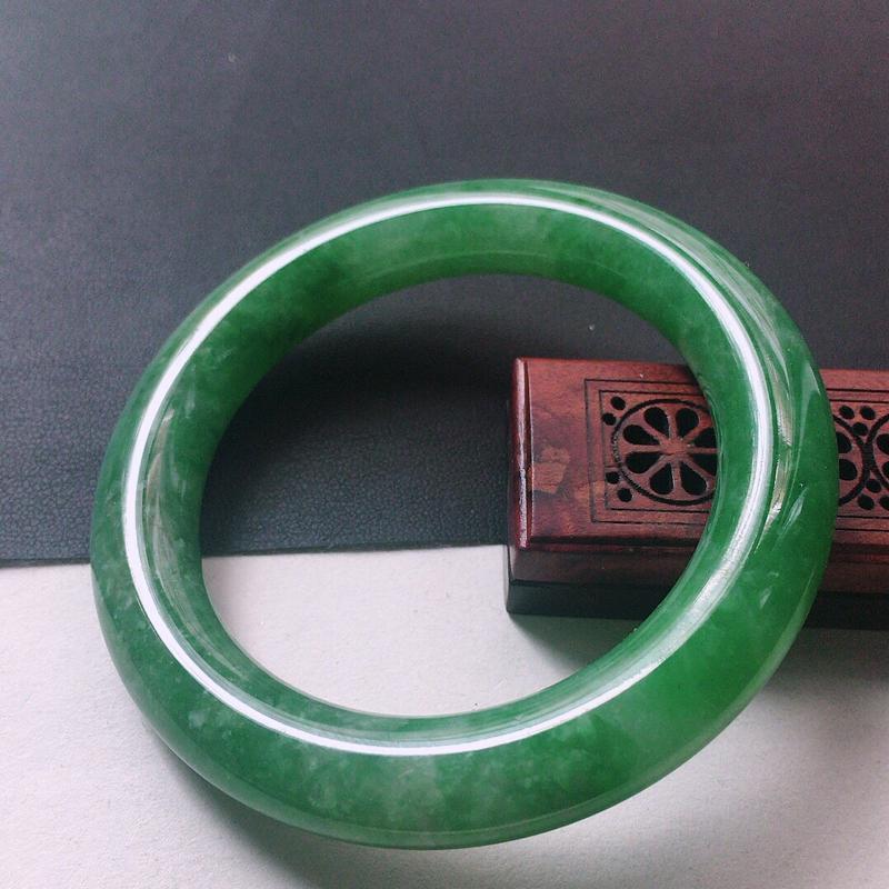 缅甸翡翠53圈口满绿圆条手镯,自然光实拍,颜色漂亮,玉质莹润,佩戴佳品,尺寸:53.9*10.7*1